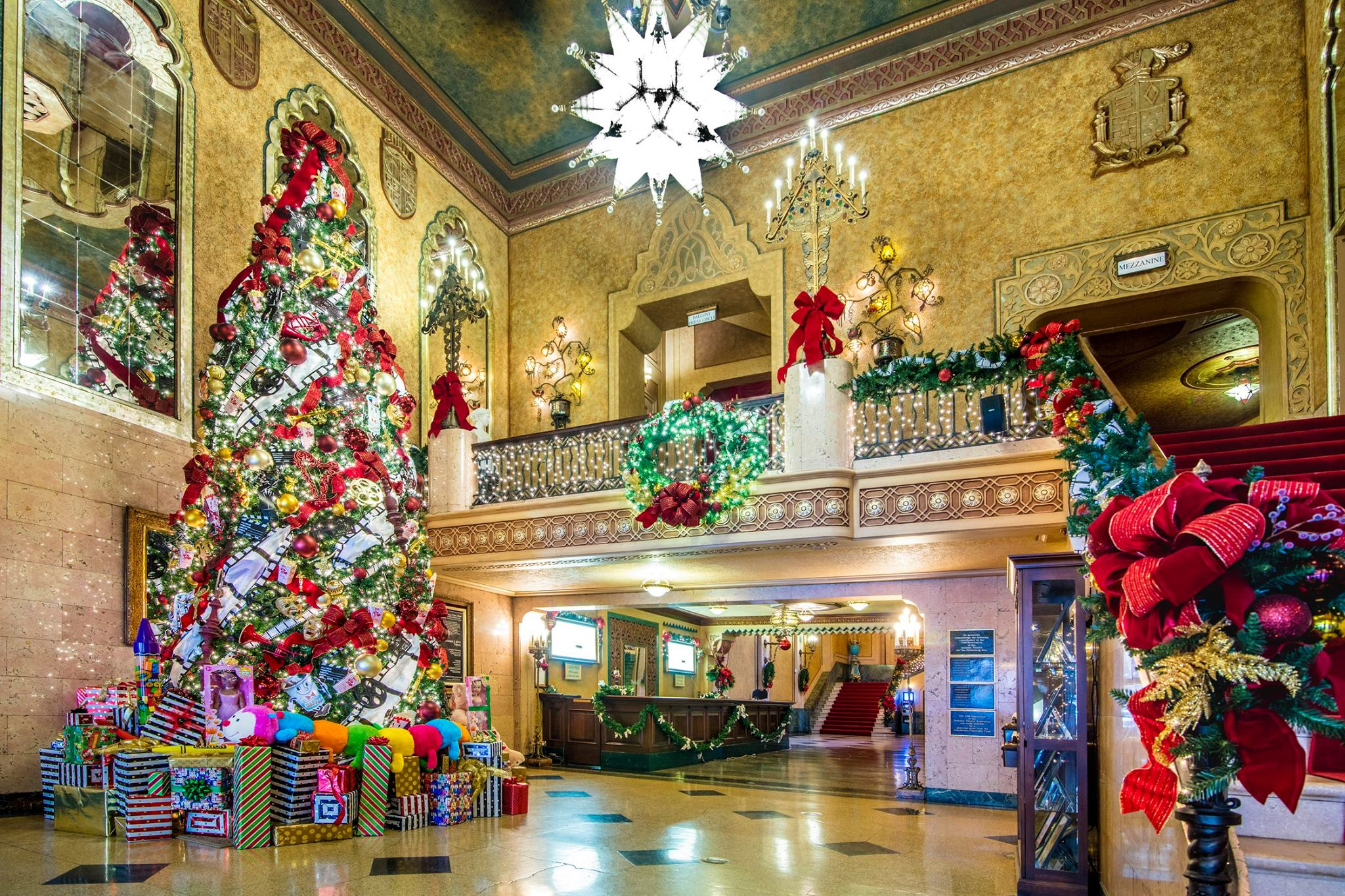 Alabama Theatre decorated or christmas, Alabama Theatre lobby, holiday decorations
