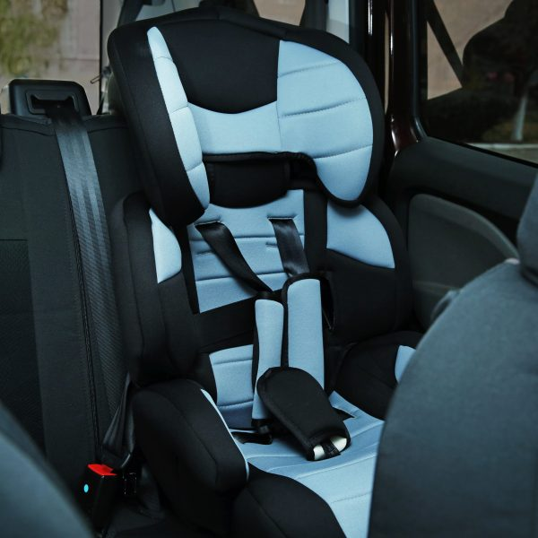 Gray and black 5pt harness carseat